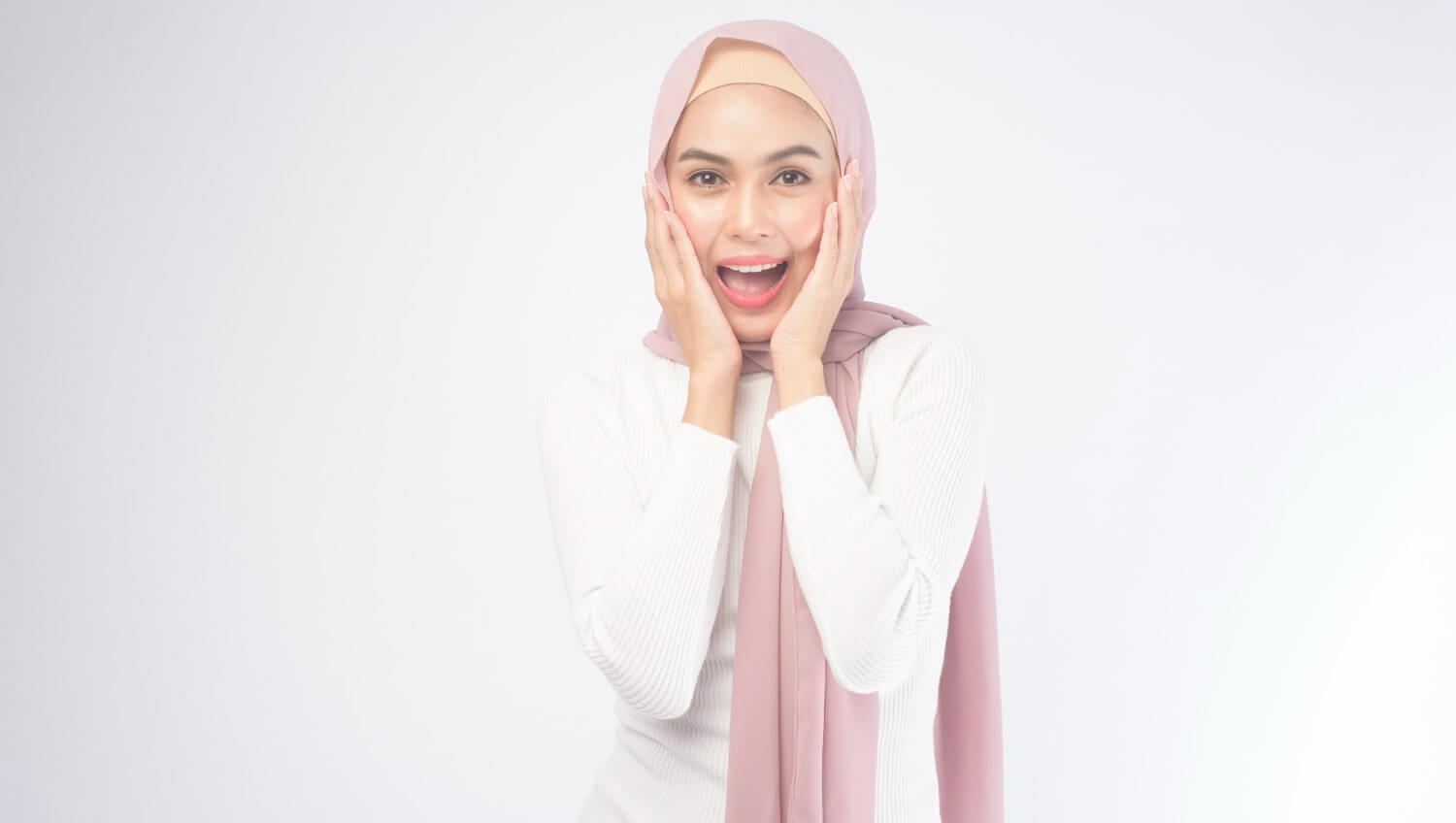 Your ultimate guide to the perfect Eid makeup<div><span style='color:#a0a0a0;font-size:16px;text-transform:none;line-height:1.1'>From the no-makeup look to shimmers and glitters, it's all in here!</span></div>